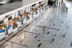 有计算机的空的报道登记柜台和在前面的等候行列在机场 库存照片