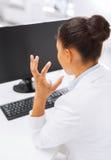 有计算机的被注重的女实业家 免版税库存照片