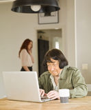 有计算机的高级妇女 库存照片