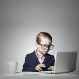 有计算机的年轻企业男孩 库存图片