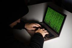 有计算机的黑客在书桌 库存照片