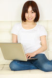 有计算机的年轻日本妇女 免版税库存照片
