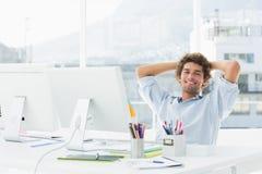 有计算机的轻松的偶然商人在明亮的办公室