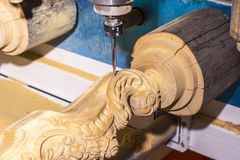 有计算机系统的木材加工机器 免版税库存图片