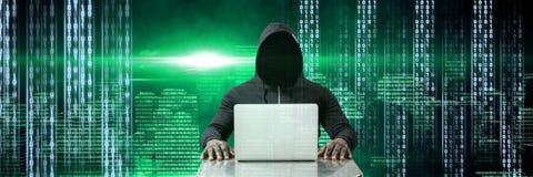 有计算机编码二进制接口的匿名黑客在城市 库存图片