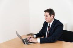 有计算机膝上型计算机的现代办公室 免版税库存图片
