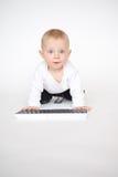 有计算机键盘的婴孩 免版税库存图片
