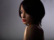 有认为的哀伤的神色和短发猪圈美丽的构成妇女 图库摄影