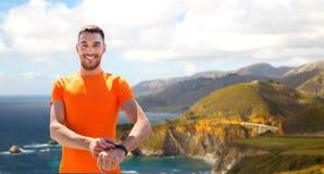 有训练健身的跟踪仪的人户外 免版税库存图片