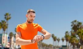 有训练健身的跟踪仪的人户外 库存图片