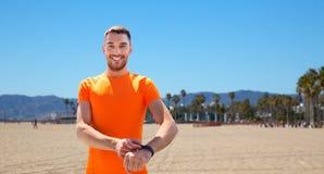 有训练健身的跟踪仪的人户外 免版税库存照片