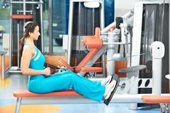 有训练健身房的愉快的妇女 免版税库存照片