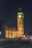 有议会大本钟和议院的威斯敏斯特桥梁在晚上 免版税库存图片