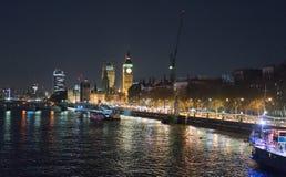 有议会大本钟和议院的泰晤士河在晚上 免版税图库摄影