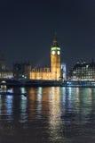 有议会大本钟和议院的泰晤士河在晚上 免版税库存图片
