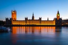 有议会的大本钟在黄昏在伦敦 免版税库存照片