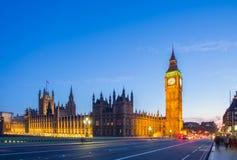 有议会的大本钟从威斯敏斯特桥梁在蓝色小时,伦敦,英国 免版税库存照片
