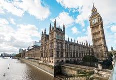 有议会议院的大本钟在伦敦,英国 库存照片