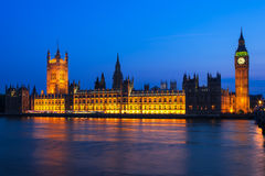 有议会议院的大本钟在晚上 伦敦英国 免版税库存图片