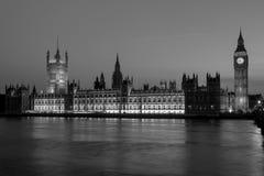 有议会议院的大本钟在晚上 伦敦英国 库存图片