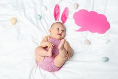 有讲话泡影的新出生的婴孩 库存图片
