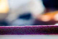 有许多不同的色的闪烁的紫色铅笔 宏指令 免版税库存图片