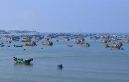 有许多传统篮子小船和船的渔村 库存照片