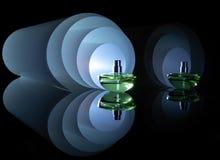 有许多反射的香水瓶在spir的背景 免版税库存照片