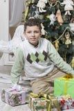 有许多圣诞节礼物的男孩 免版税库存图片