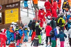 有许多孩子和成人的滑雪学校在夏慕尼在法国 免版税库存图片