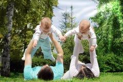 有许多孩子的父母 图库摄影