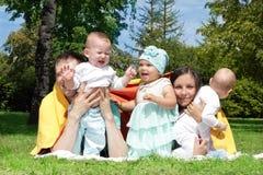 有许多孩子的父母 免版税库存图片