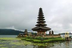 有许多层数的印度寺庙在湖在巴厘岛,印度尼西亚 图库摄影