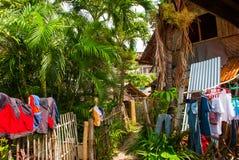 有许多干衣裳的农村房子在Apo海岛,菲律宾 库存图片