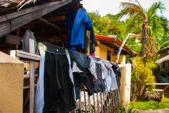 有许多干衣裳的农村房子在Apo海岛,菲律宾 免版税图库摄影