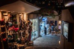 有许多开放纪念品店的夜街道在锡拉镇 免版税库存图片