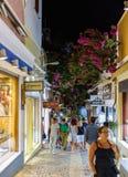 有许多开放纪念品店的夜街道在锡拉镇 免版税图库摄影