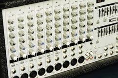 有许多控制旋钮的模拟放大器 库存照片