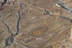 有许多曲线的路在圣托里尼多山倾斜  Gre 库存照片