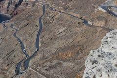 有许多曲线的路在圣托里尼多山倾斜  Gre 免版税库存照片