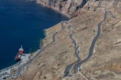 有许多曲线的路在圣托里尼多山倾斜  Gre 免版税图库摄影