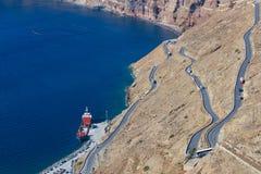 有许多曲线的路在圣托里尼多山倾斜  Gre 免版税库存图片