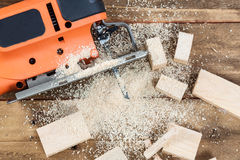 有许多木砖的电竖锯有很多锯木屑 免版税库存照片