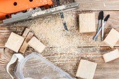 有许多木砖的电竖锯有很多锯木屑 库存图片