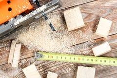 有许多木砖的电竖锯有很多锯木屑 免版税库存图片