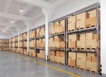 有许多机架和箱子的仓库 库存照片