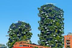 有许多树的现代和生态摩天大楼在每个阳台 库存照片