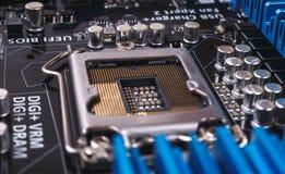 有许多电动元件的电路板 黑色接近的耳机图象软绵绵地查出话筒填充白色 免版税库存图片