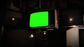 有许多电视的老电视绿色屏幕 乌贼属口气 迅速移动在快速 股票视频