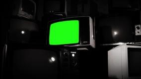 有许多电视的老电视绿色屏幕 黑白口气 快速地放大 股票录像